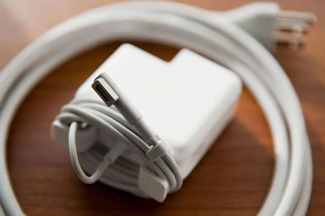 Cách quấn dây sạc MacBook đúng cách